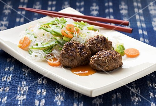 Meat balls with rice noodles and vegetables (Thailand)