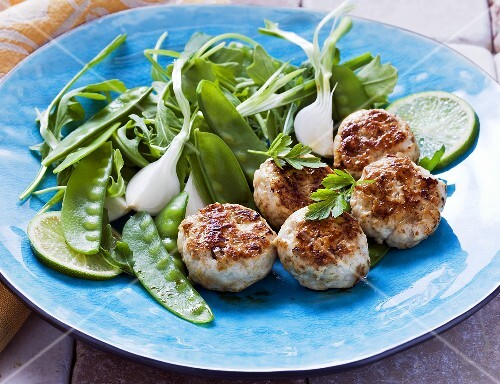 Mini chicken burgers with lime juice and salad