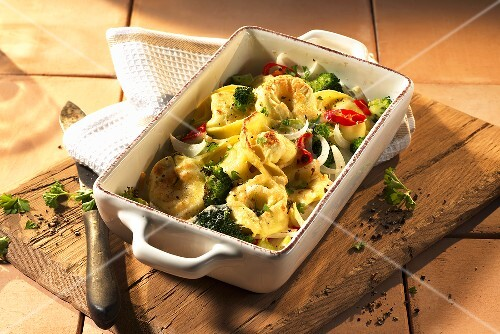 Tortellini bake with broccoli and tomatoes