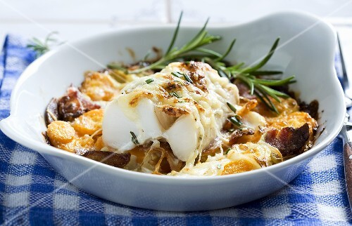 Oven-baked cod fillet with carrots, bacon and rosemary