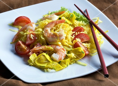 Fried rice with prawns, cabbage and tomatoes (Asia)