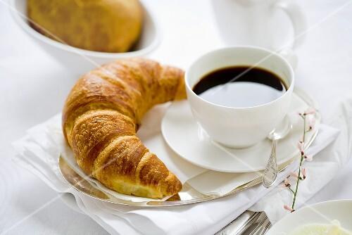 kaffeetasse und croissant bild kaufen 913290 stockfood. Black Bedroom Furniture Sets. Home Design Ideas