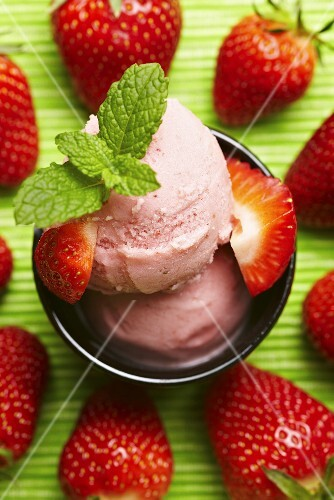 Strawberry ice cream with fresh strawberries and mint