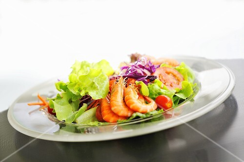 A mixed leaf salad with shrimps and vegetables