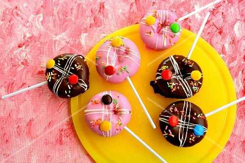 Pop cakes with icing sugar and coloured chocolate beans