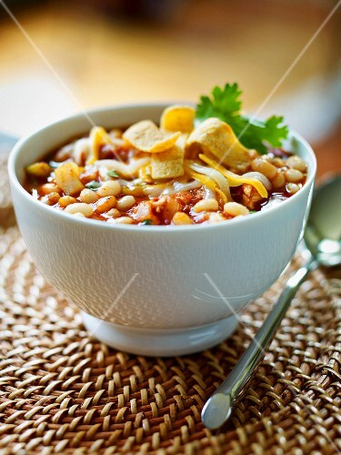 Chilli with white beans and tortilla strips