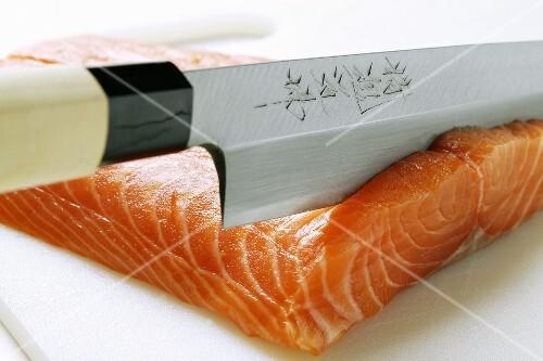 lachs f r sushi schneiden bild kaufen 922750 stockfood. Black Bedroom Furniture Sets. Home Design Ideas