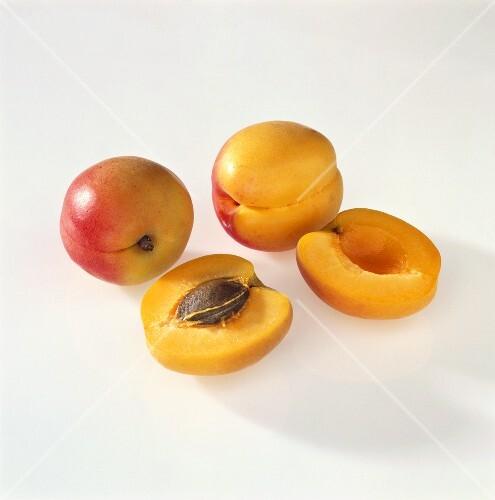 Zwei ganze ganze und zwei halbe Aprikosen