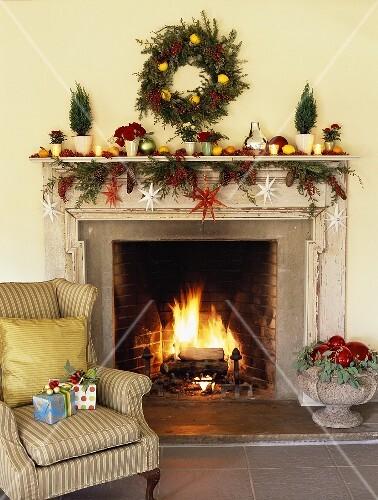 weihnachtlich dekorierter offener kamin im wohnzimmer bild kaufen 853784 stockfood. Black Bedroom Furniture Sets. Home Design Ideas