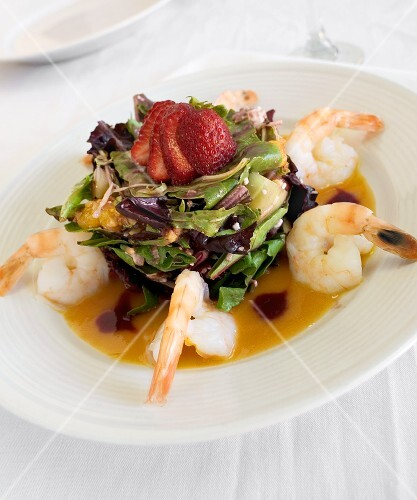 Fruity salad with prawns