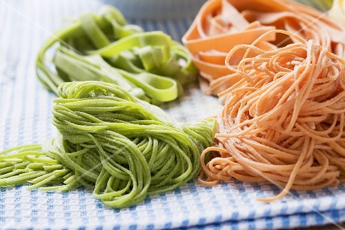 Home-made red and green pasta