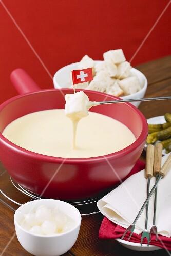 Käsefondue mit Schweizer Flagge