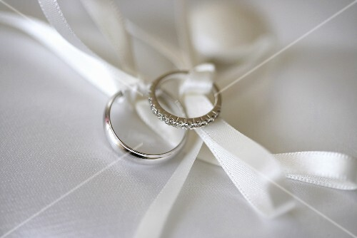 Wedding rings with silk ribbons