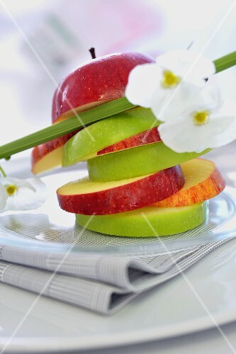 Tower of apple slices with lemon juice