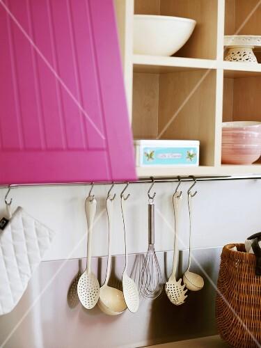 Kuchenschrank Mit Violetter Tur Einem Bilder Kaufen 977202