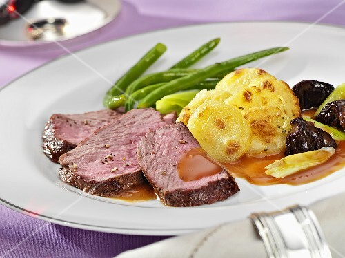 Beefsteak with potato gratin and green beans
