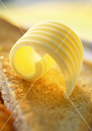 Butter curl on toast (close-up)