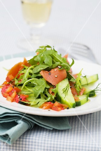 Lukewarm smoked salmon salad with rocket and red pepper sauce