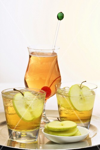 Cider with vanilla and sliced apples in glasses