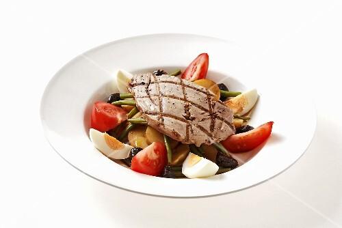 Salade niçoise with grilled tuna