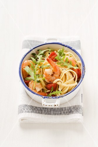 Spaghetti with rocket, cherry tomatoes and prawns