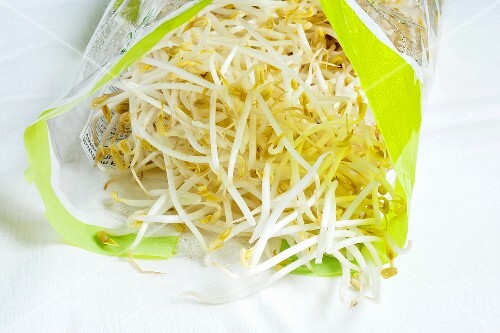 Frische Bohnensprossen in Plastiktüte