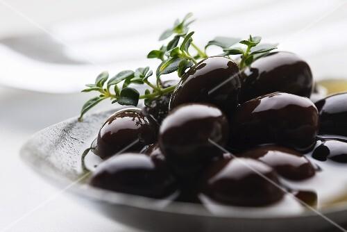 Pickled black olives (close up)