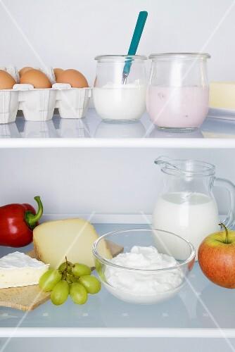 Kühlschrank mit Milchprodukten, Eiern, Obst und Gemüse