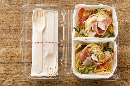 Spaghetti salad with Parma ham to take away