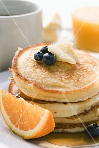 Pancakes mit Butter und Obst zum Frühstück