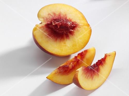 Half a nectarine and slices of nectarine