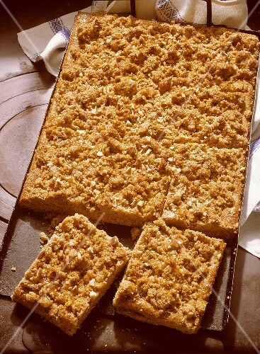 Tray-baked cake with sesame and nut crumble