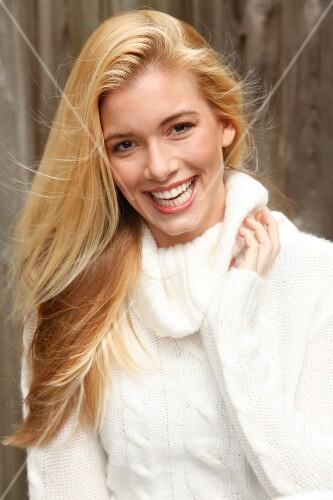 Frau Blonde Lange Haare Lacht In Die Kamera Pulli Weiß