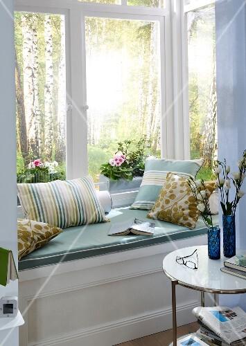 fenster mit sitzplatz fensterbank kissen besistelltisch bild kaufen. Black Bedroom Furniture Sets. Home Design Ideas