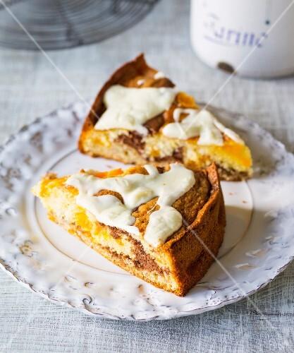 Marbled sponge cake with mandarins