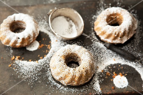 Mini pear and carrot Bundt cakes with star anise and icing sugar