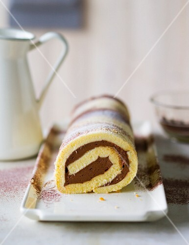 Baking with stevia: chocolate cream Swiss roll
