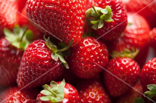 Juicy red strawberries (close-up)
