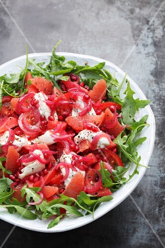 Rocket salad with grapefruit, tomatoes and pomegranate seeds