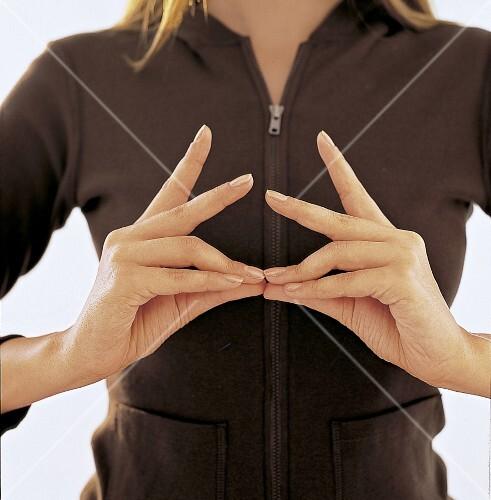Mudras, schmerzfreie Menstruation, Fingerkuppen berühren Daumenspitzen