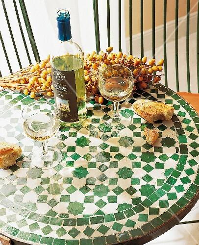 Marokkanischer Tisch Mit Mosaik Brot Wein Datteln Buy Images