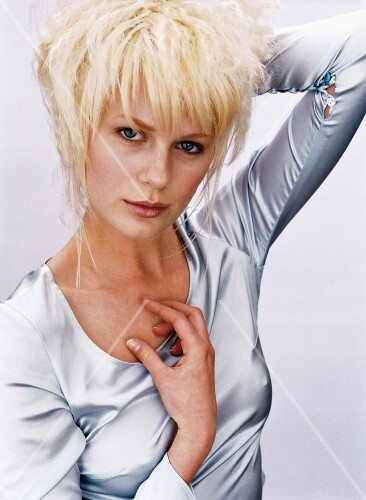 Frau Kurze Blonde Haare Bob Pony Volumen Fransig Geschnitten