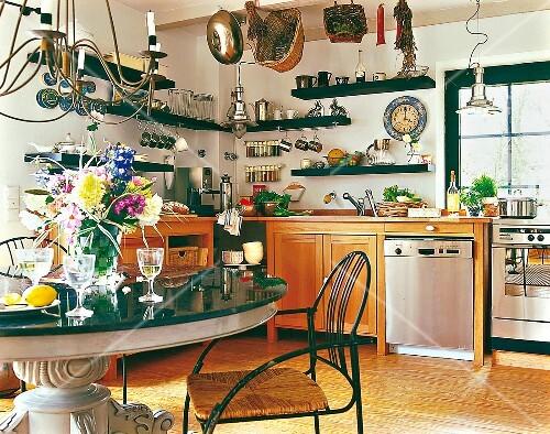 offene Küche, Tisch mit Granitplatte Regale, Küchenregale ...