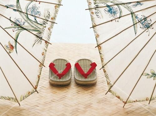 Jin Shin Jyutsu, Sandalen stehen auf einer Bastmatte, japanisch