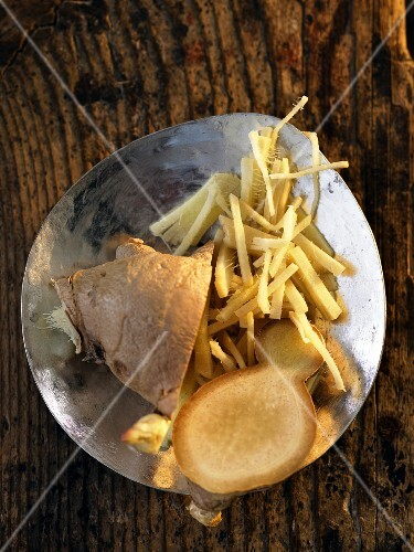 Ginger: sliced and grated (seen from above)