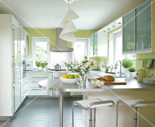 Küche in Weiß, Metallic und Grün, Tresen mit Barhocker ...