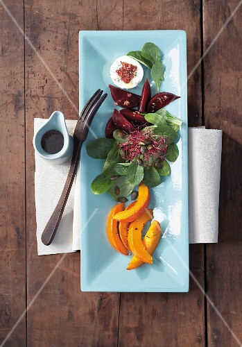 Lamb's leaf salad with figs, Hokkaido pumpkin, beetroot, bean sprouts and cheese