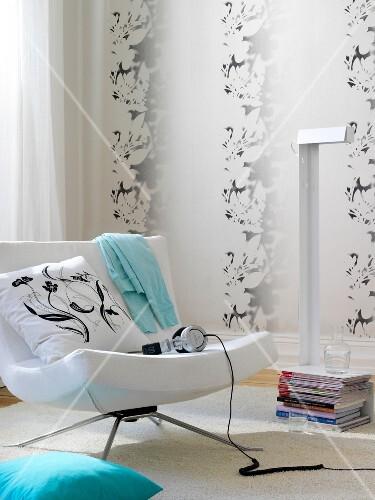 Wohnzimmer in weiß, Sessel, Kopf- hörer, 3D-Tapete à la ...