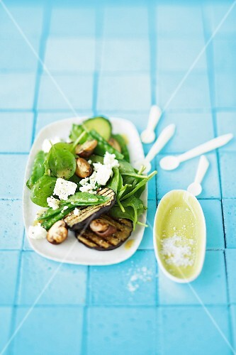 Spinach salad with sheep's cheese, grilled aubergines slices and mushrooms