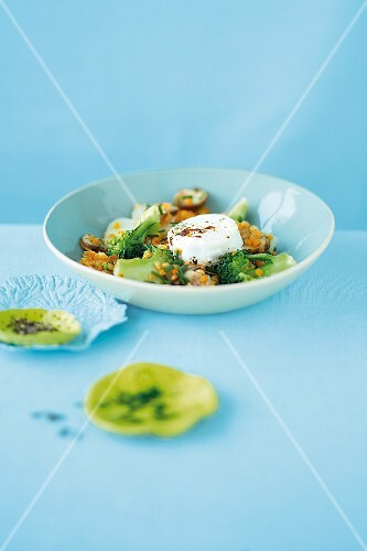 Lentils medley with broccoli, goat's cheese and mushrooms